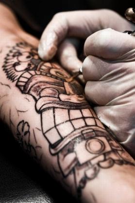 """Vaizdo rezultatas pagal užklausą """"tattoo making"""""""